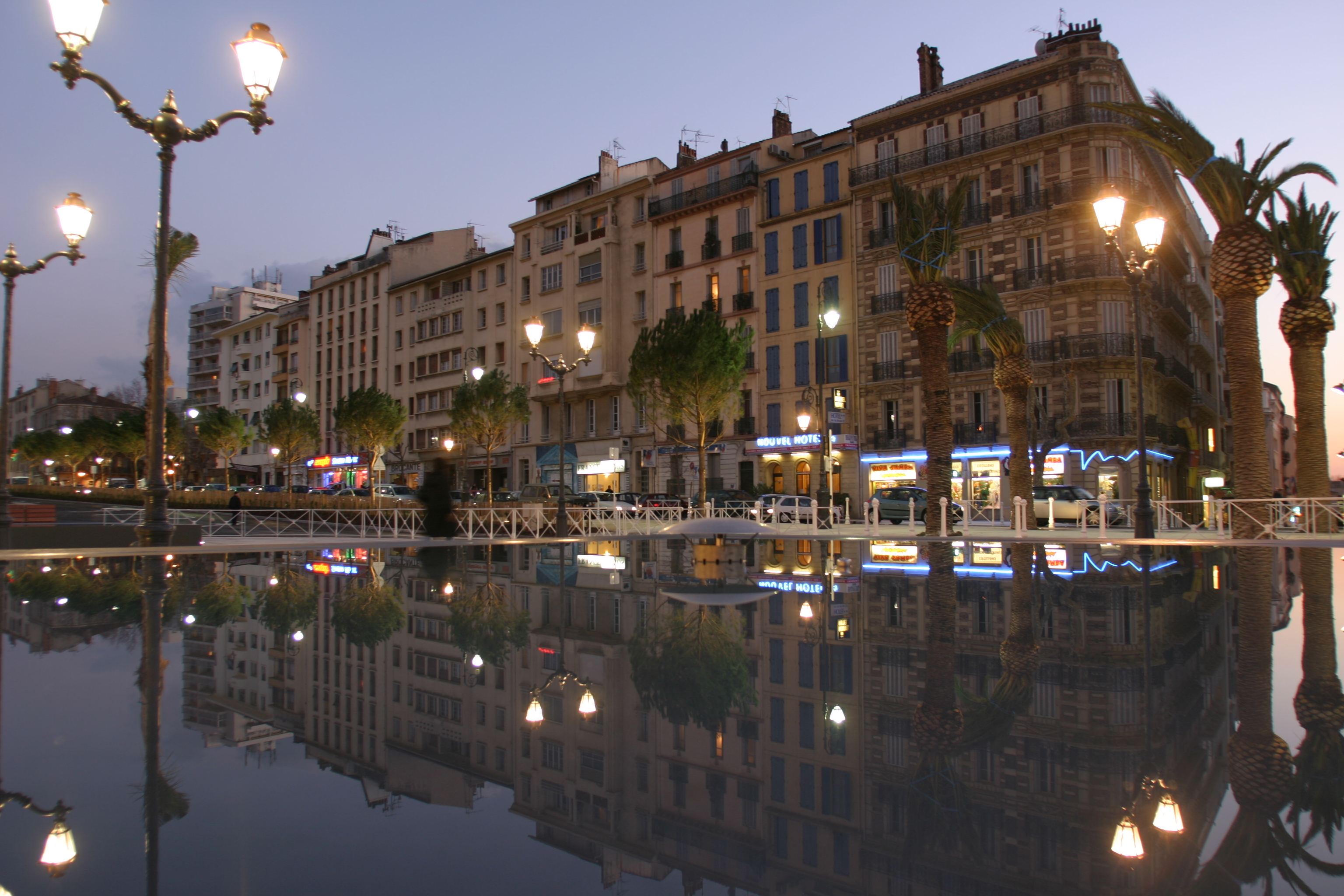 Place Albert - gare routière de Toulon à la tombée de la nuit par AAPL architecte DPLG VAR