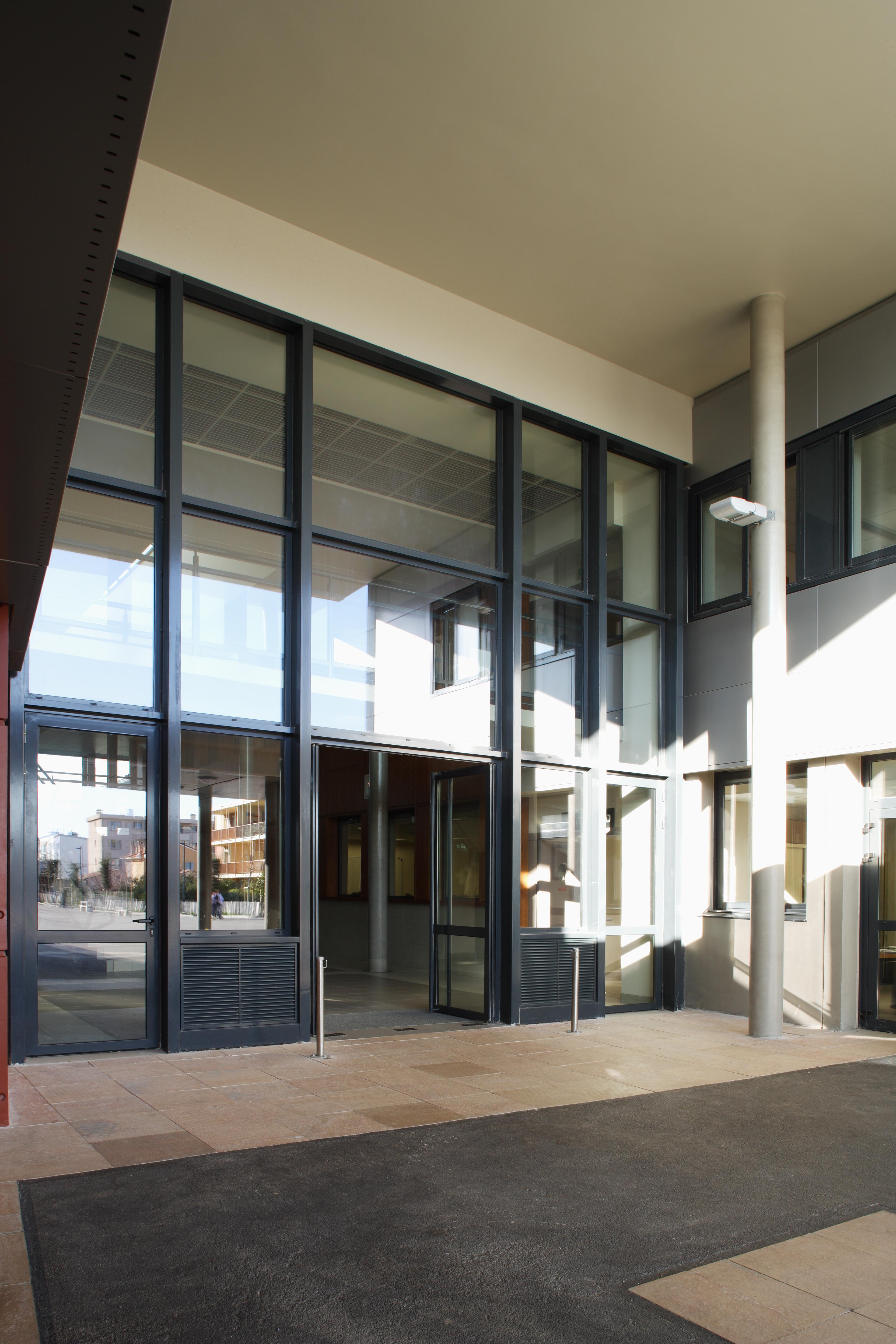Entrée principale du Collège Paul Eluard par AAPL architecte DPLG dans le VAR