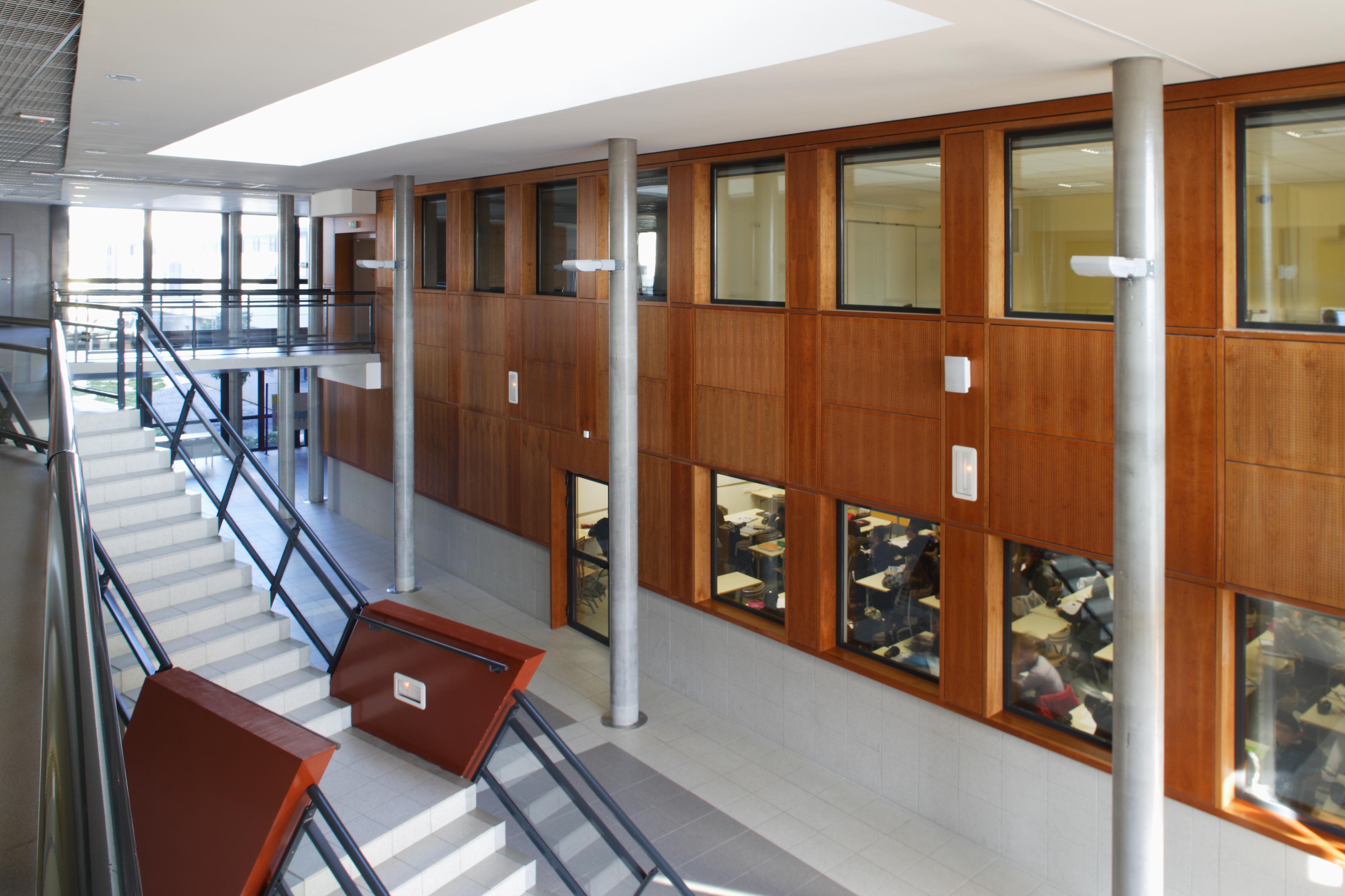 Intérieur Collège Paul Eluard par AAPL architecte intérieur dans le var