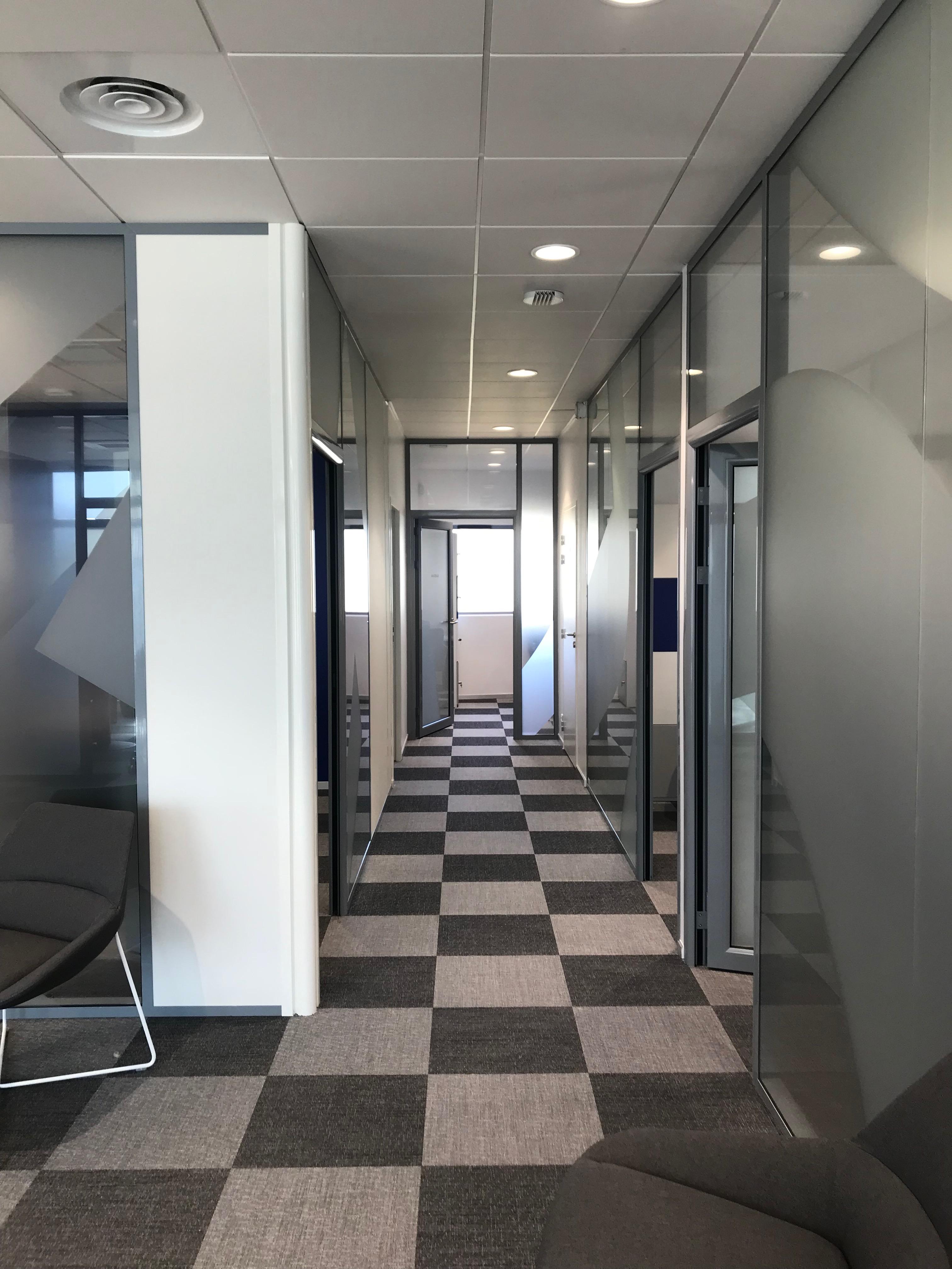 Intérieur banque LCL - Couloir par AAPL architecte design dans le VAR