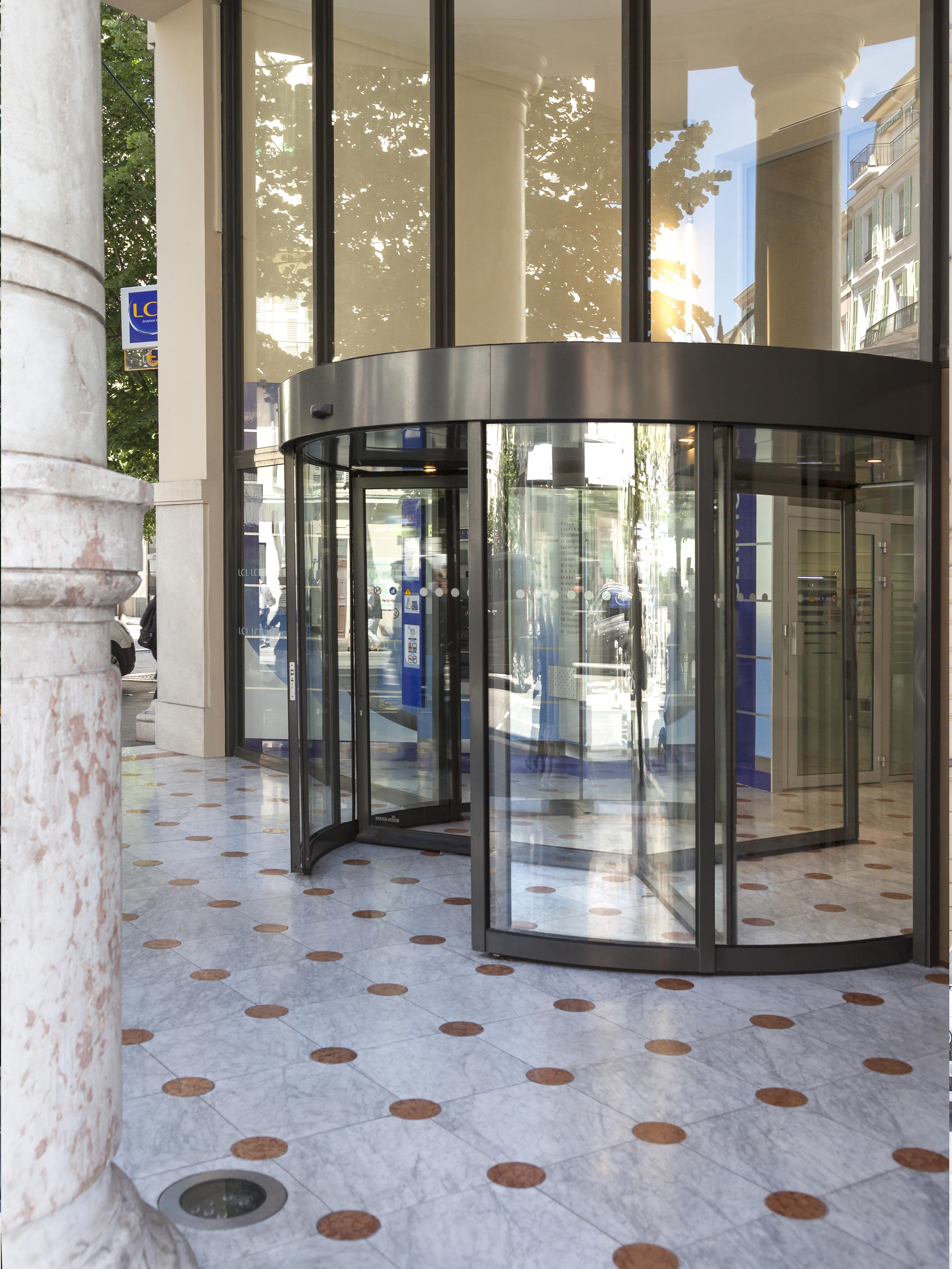 Porte Tournante de la banque LCL par AAPL Architecte DPLG VAR